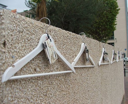 Beispiel für Guerilla Marketing: Kleiderbügel an einer Mauer