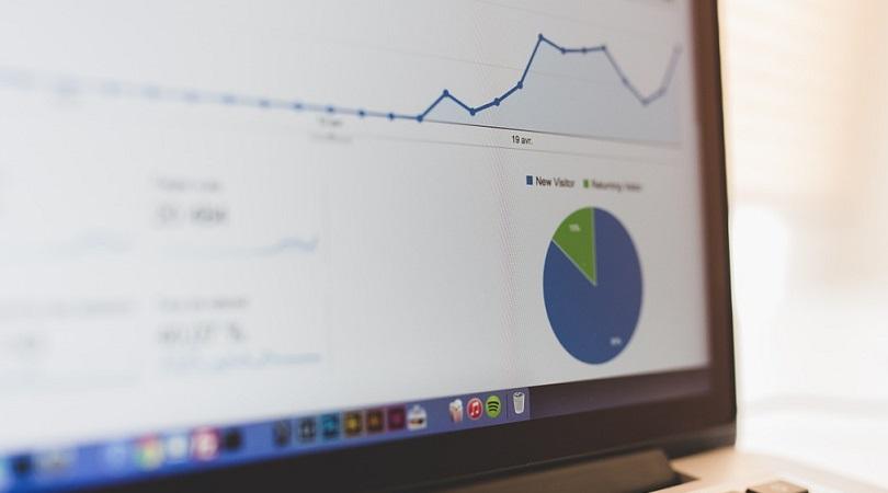 Laptop Bildschirm, auf dem eine analytische Auswertung mit dem Trend von SEO-Maßnahmen dargestellt wird.