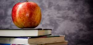 Buch mit Apfel