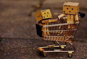 Amazon Paket-Figuren im Einkaufswagen