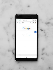 Bild von Smartphone mit geöffnetem google Fenster